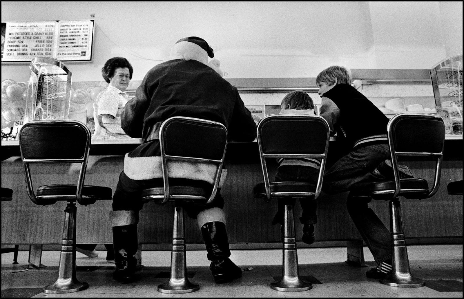 У Санта-Клауса перерыв на обед в Эвансвилле, Индиана, США, 1981. Джефф Уайденер