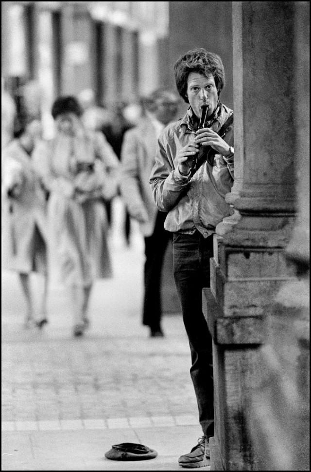 Уличный музыкант в Брюсселе, Бельгия, 1983. Джефф Уайденер