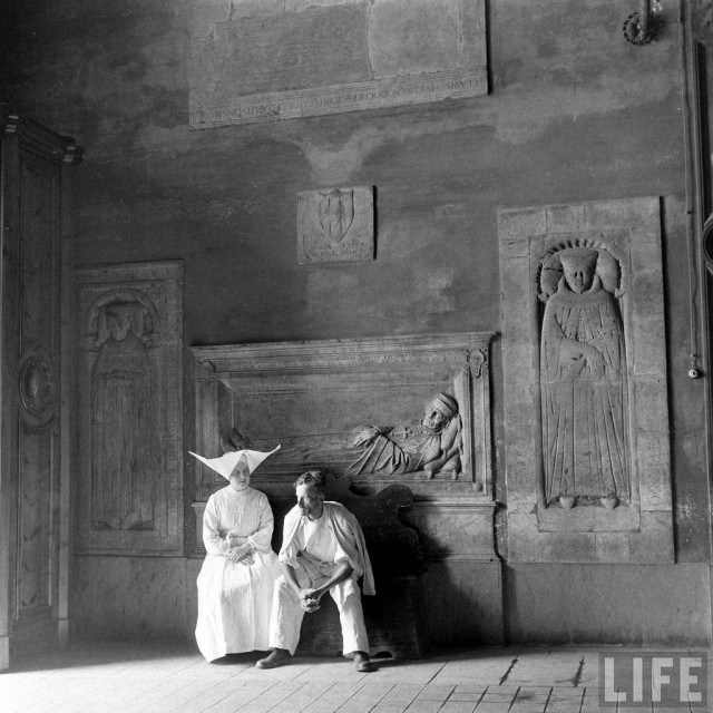 Разговор с монахиней, Сиена, Италия, 1946. Уолтер Сандерс
