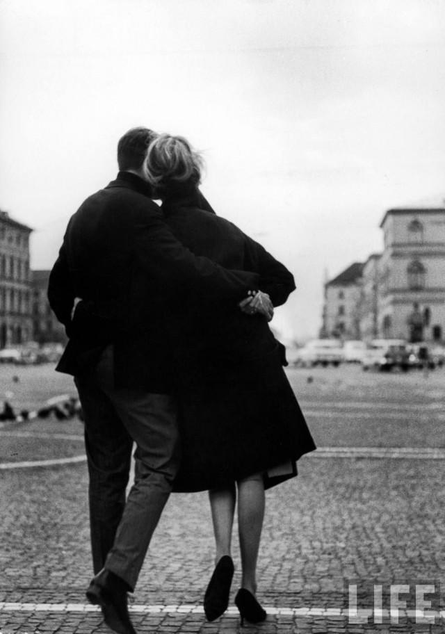Романтическая пара на площади Одеонсплац в Мюнхене, Германия, 1964. Уолтер Сандерс