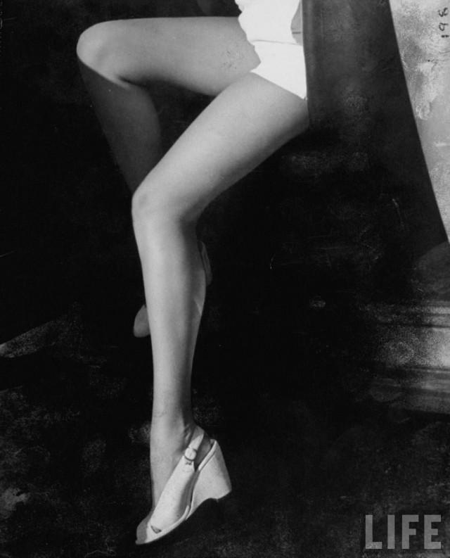 Знаменитые ноги актрисы Бетти Грейбл, Голливуд, Калифорния, США, 1943. Уолтер Сандерс