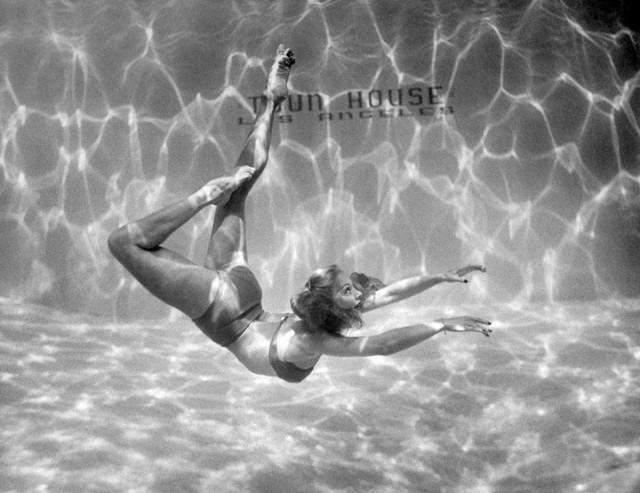 Танцовщица, фигуристка и пловчиха Белита, 1945. Уолтер Сандерс