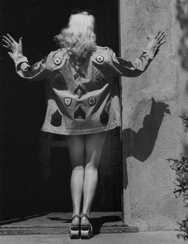 Актриса Бетти Грейбл демонстрирует рубашку собственного дизайна, Голливуд, Калифорния, США, 1943. Уолтер Сандерс