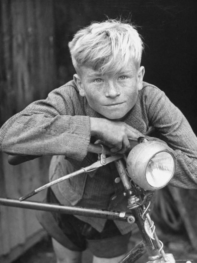 Деревенский мальчик с велосипедом в Германии, 1946. Уолтер Сандерс