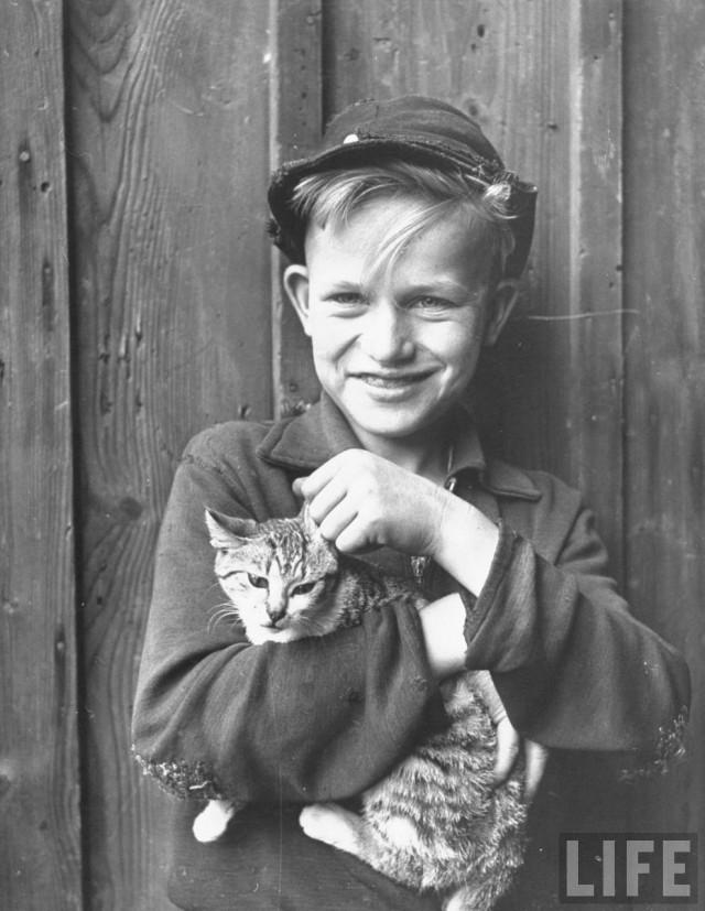 Деревенский мальчик с котом. Хесслар, Германия, 1946. Уолтер Сандерс