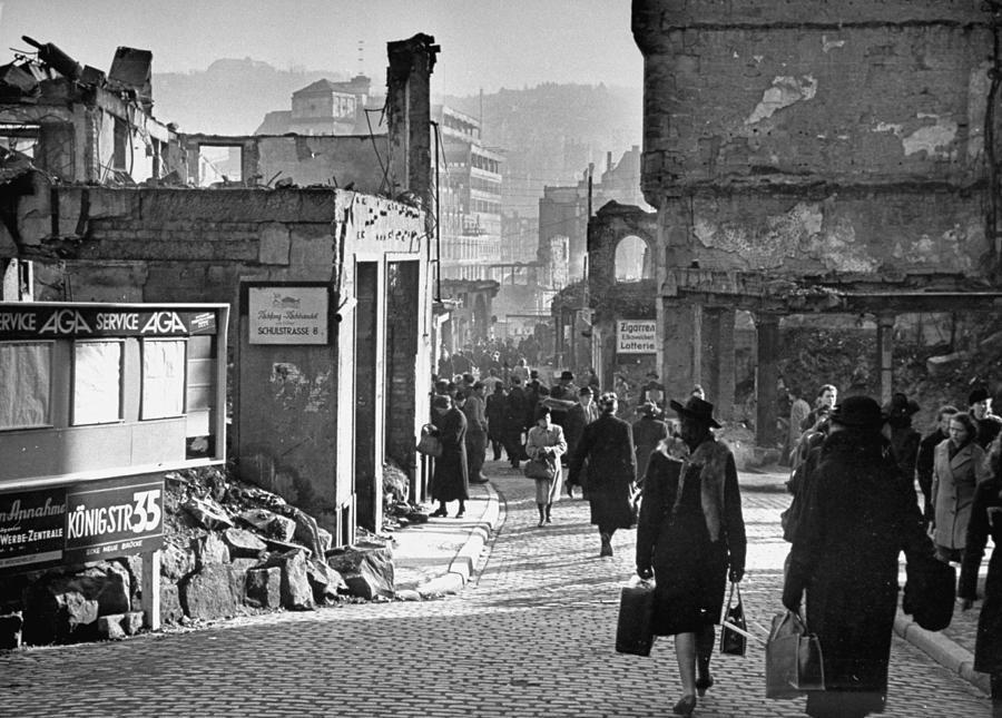 Жизнь продолжается. Разрушенный войной город. Уолтер Сандерс
