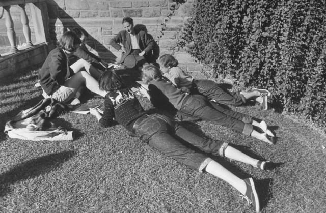 Занятие на улице в Вассар-колледже, город Поукипзи, штат Нью-Йорк, США, 1950. Уолтер Сандерс