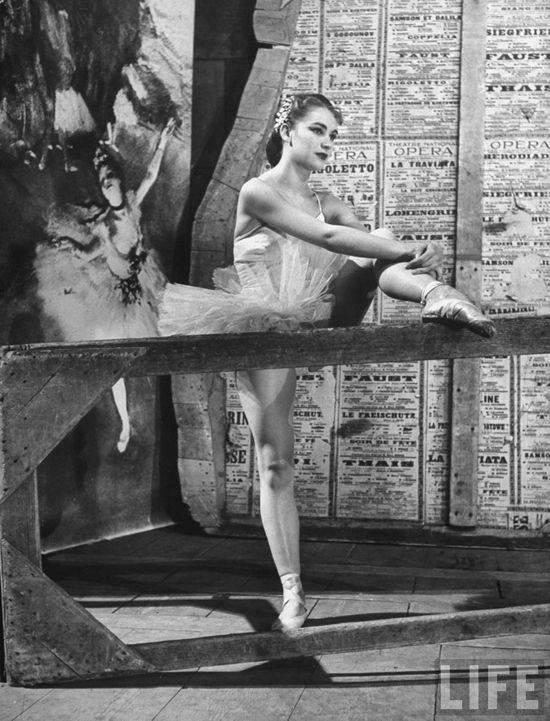 Клод Бесси делает растяжку перед выступлением в Париже, 1949. Уолтер Сандерс