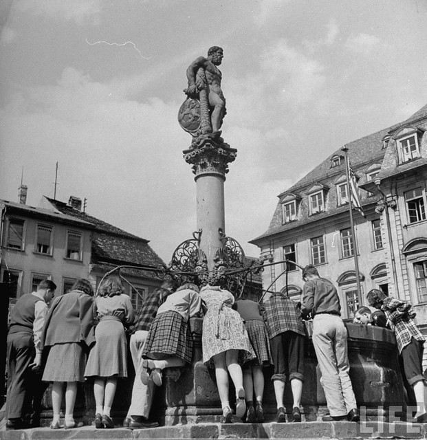 Люди на площади в Гейдельберге, Германия, 1947. Уолтер Сандерс