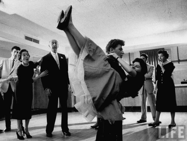 Молодёжь демонстрирует рок-н-ролл тренерам по танцам Артуру Мюррею и его жене в танцевальной студии Бостона, США, 1955. Уолтер Сандерс