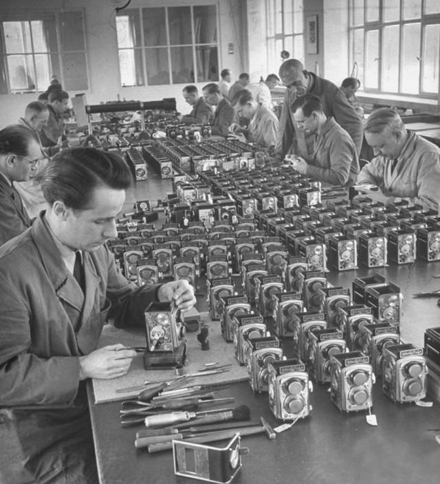 На фабрике Rolleiflex, 1949. Уолтер Сандерс