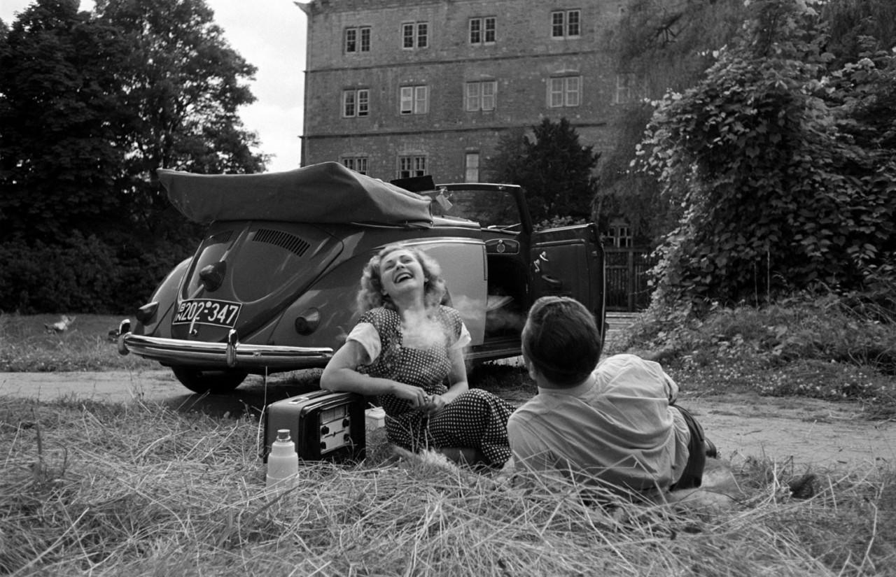 Пара с «Фольксвагеном» в Вольфсбурге, Германия, 1951. Уолтер Сандерс