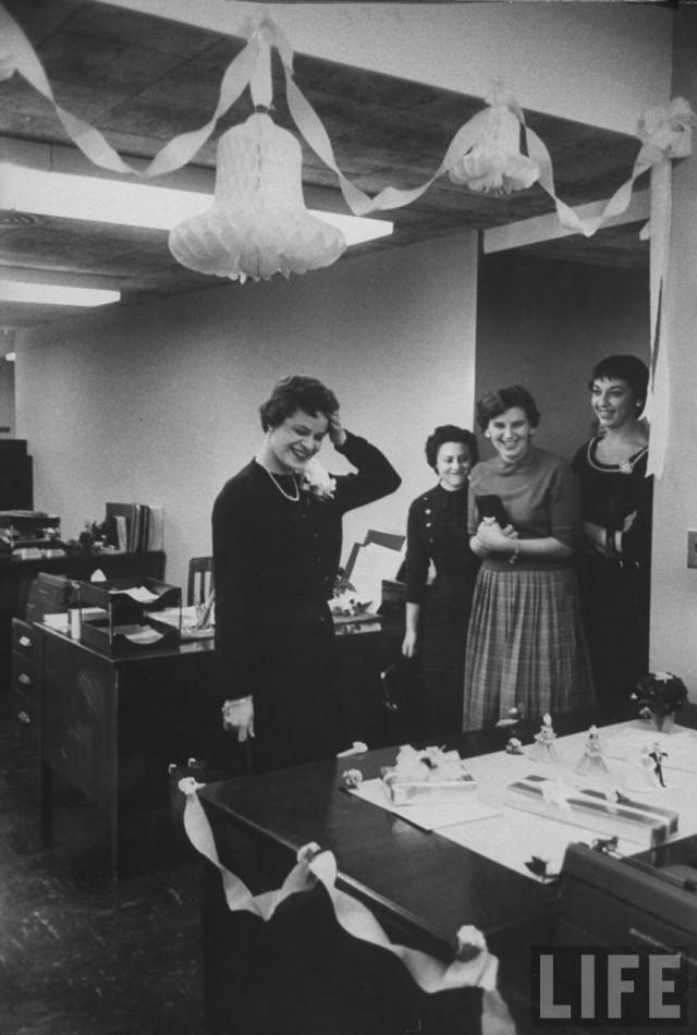 Сюрприз от офисных сотрудников, Нью-Йорк, 1957. Уолтер Сандерс