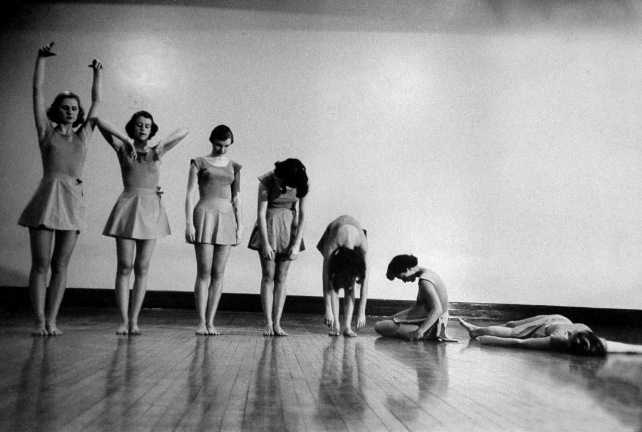 Упражнение «Поникшая маргаритка» на уроке осанки для девочек в Барнард-колледже, Нью-Йорк, 1954. Уолтер Сандерс