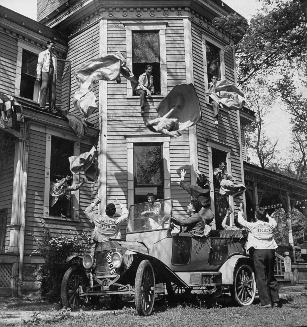 Члены братства «Каппа Сигма Ипсилон» Канзасского педагогического колледжа готовятся к «вечеринке простыней», 1941. Уолтер Сандерс