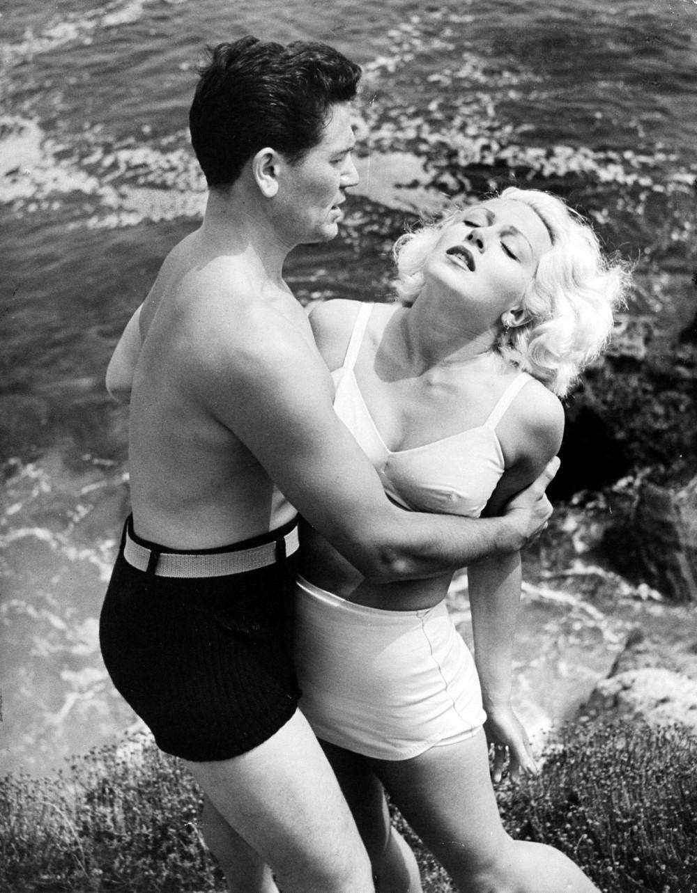 Актёры Лана Тёрнер и Джон Гарфилд на съёмках фильма «Почтальон всегда звонит дважды». Калифорния, США, 1945. Уолтер Сандерс