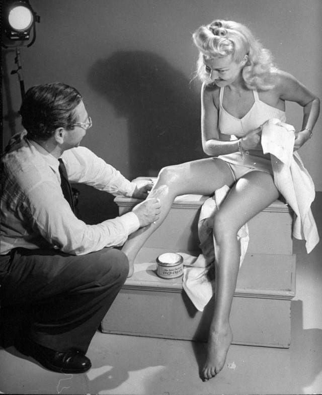 Крем для ног Бетти Грейбл, 1940-е. Уолтер Сандерс