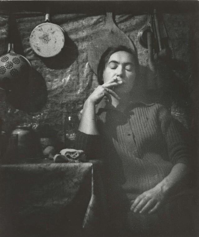 Усталая. Тома – заведующая лабораторией реставрации икон Эрмитажа на кухне коммуналки, 1970. Фотограф Борис Михалевкин