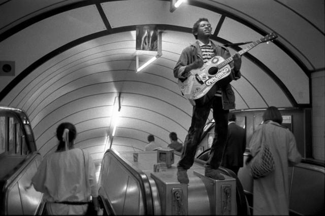 Гитарист на эскалаторе в метро Лондона, 1980-е. Боб Маззер