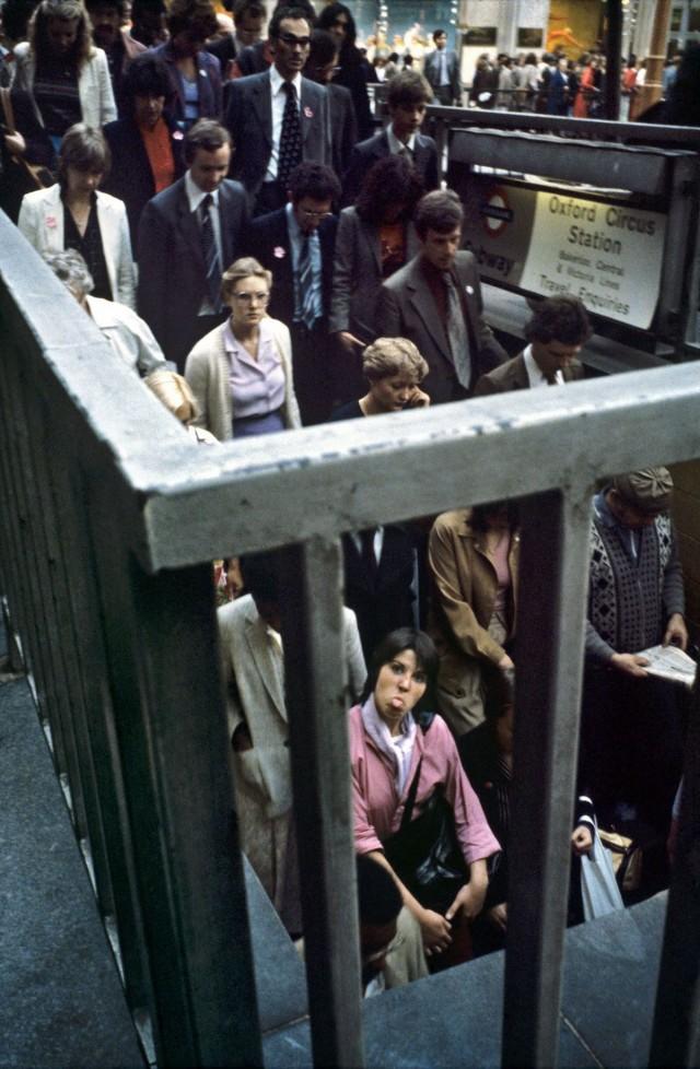 Девушка показывает язык, подземка, Лондон, 1980-е. Боб Маззер