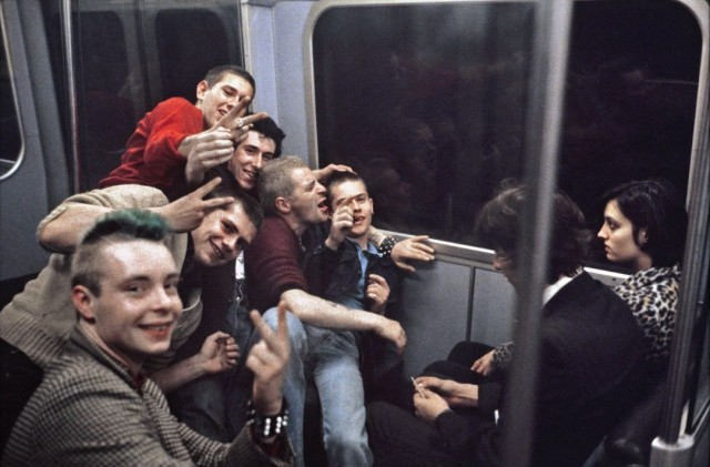 Молодёжь в метро, Лондон, 1980-е. Боб Маззер