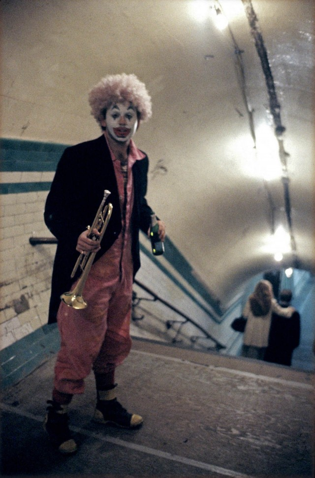 Новогодний клоун в лондонском метро, 1980-е. Боб Маззер