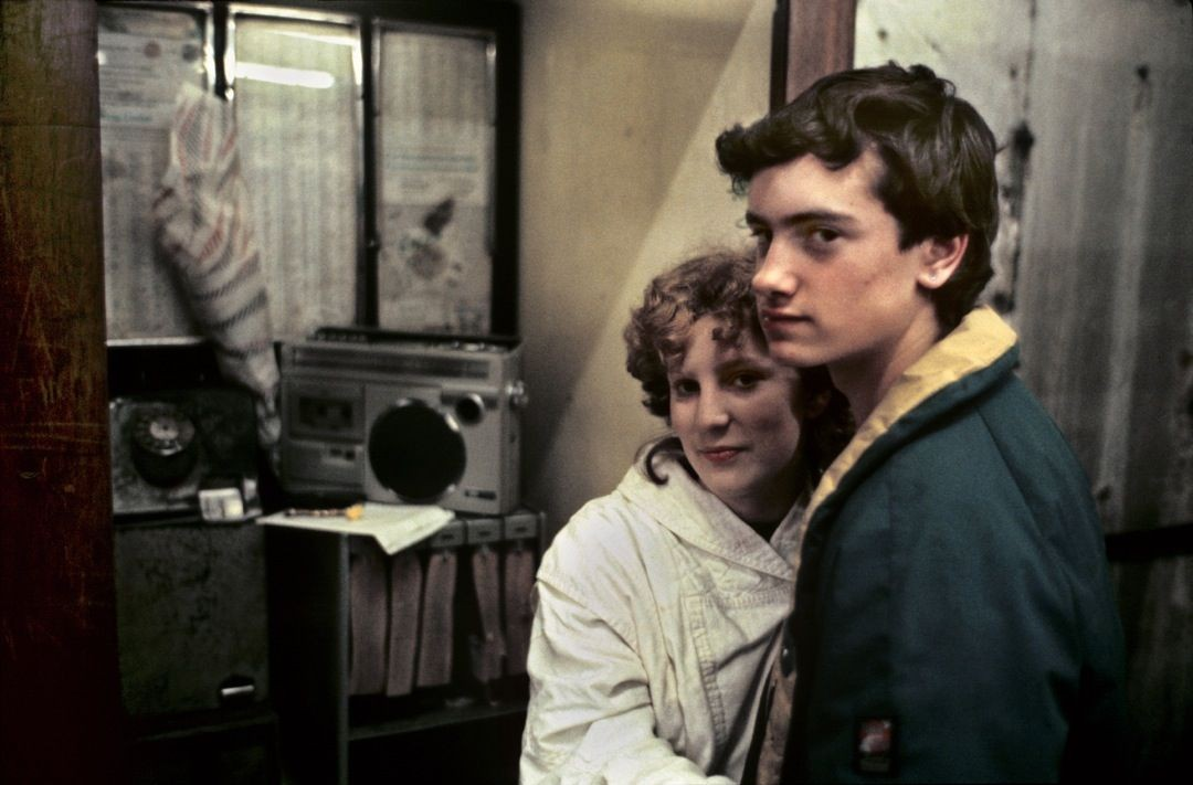 Пара у телефонной будки, Лондон, 1980-е. Боб Маззер