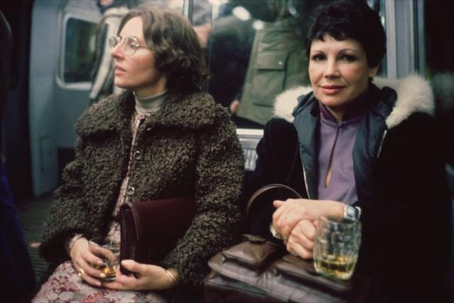 Пиво и виски в канун Нового года. Лондонское метро, 1980-е. Боб Маззер