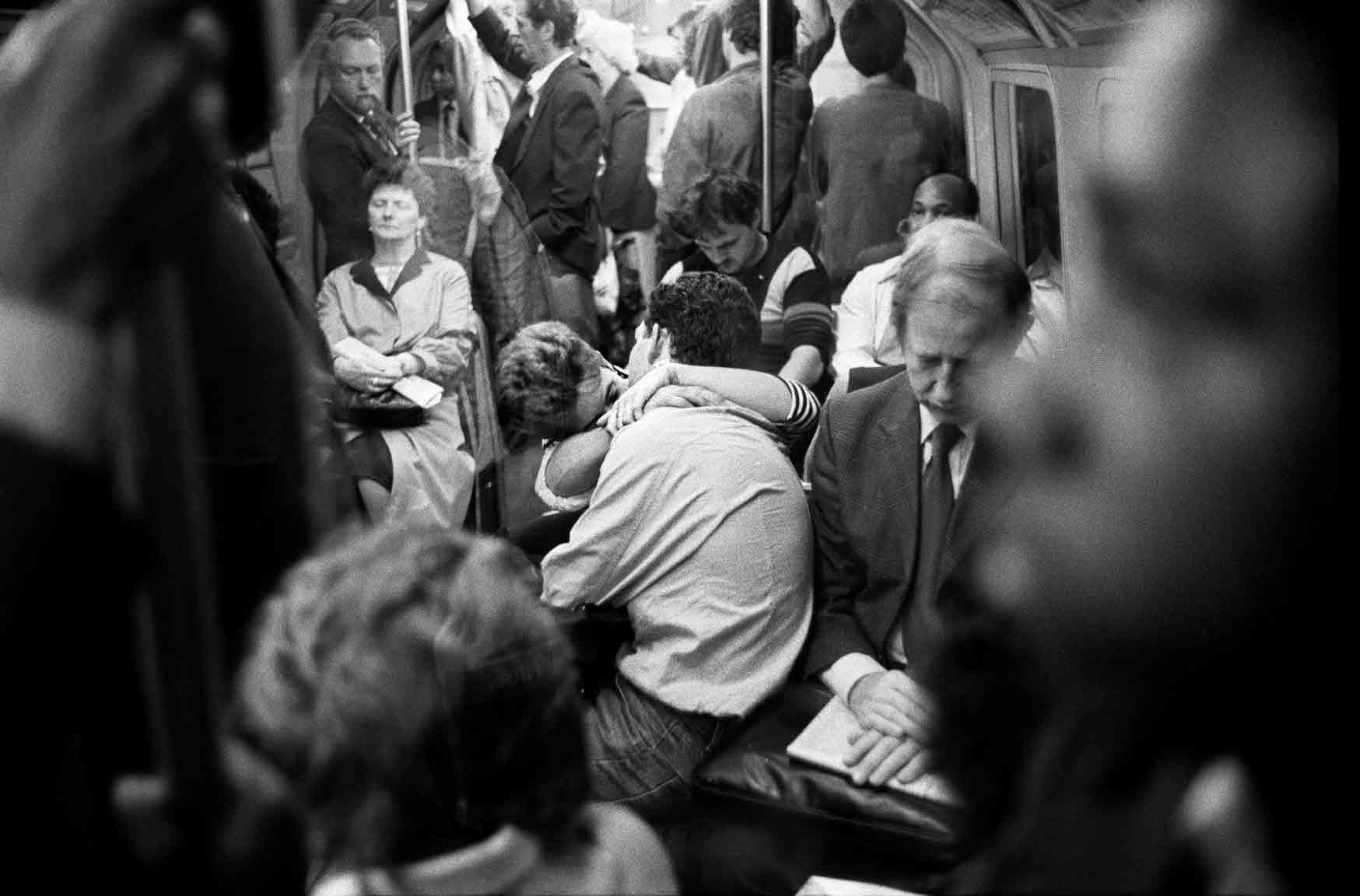 Публичное уединение в метро, Лондон. Боб Маззер