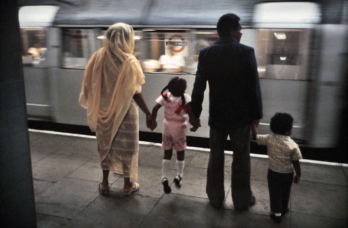 Семья в метро, Лондон, 1980-е. Боб Маззер