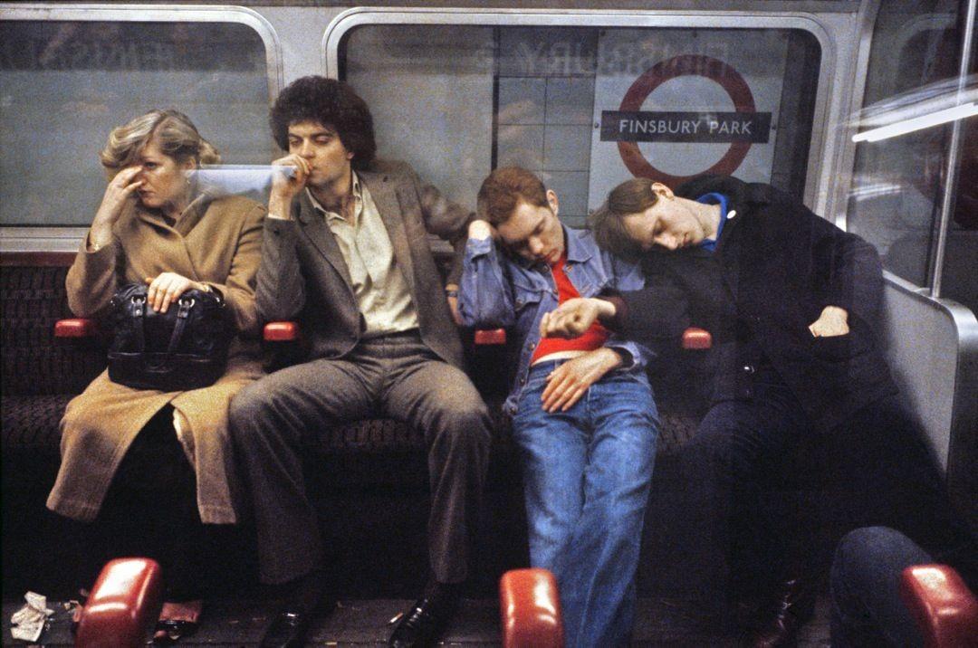 Спящие пассажиры метро. Лондон, 1980-е. Боб Маззер