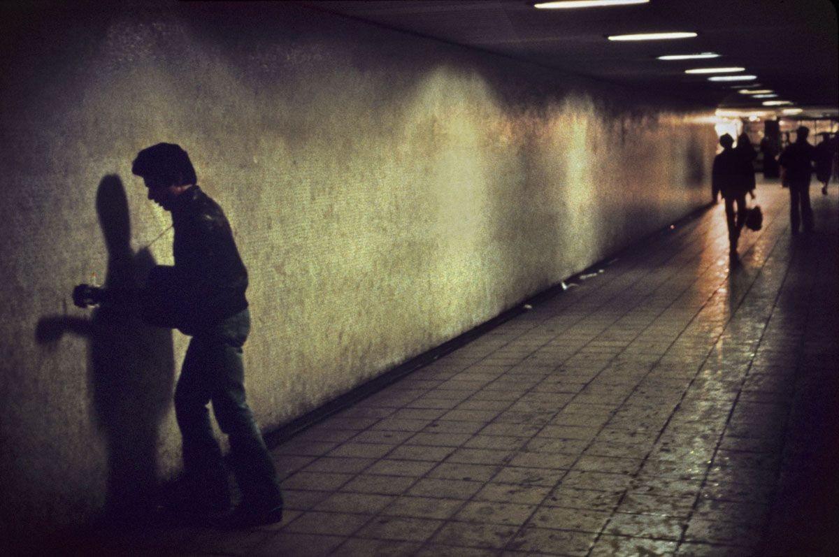 Уличный музыкант на станции Кингс-Кросс, Лондон, 1980-е. Боб Маззер