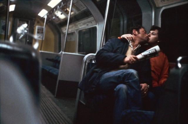 Целующаяся пара в метро, Лондон, 1980-е. Боб Маззер