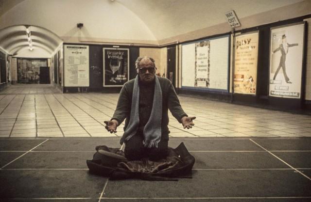 Человек просит милостыню в метро, Лондон, 1980-е. Боб Маззер