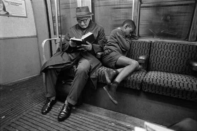 Чтение и сон в метро, Лондон, 1971. Боб Маззер