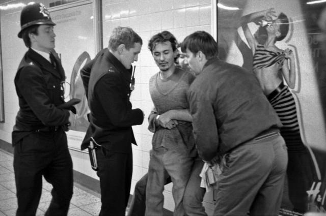 Арест хулигана в метро Лондона, 1970-е. Боб Маззер
