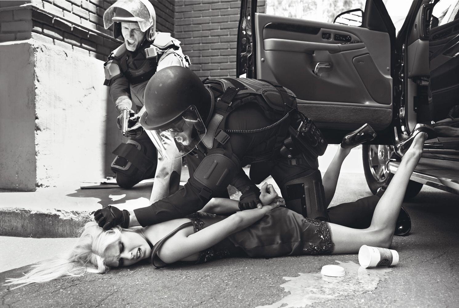 Из серии «Чрезвычайное положение», Vogue Италия, 2006. Фотограф Стивен Майзель