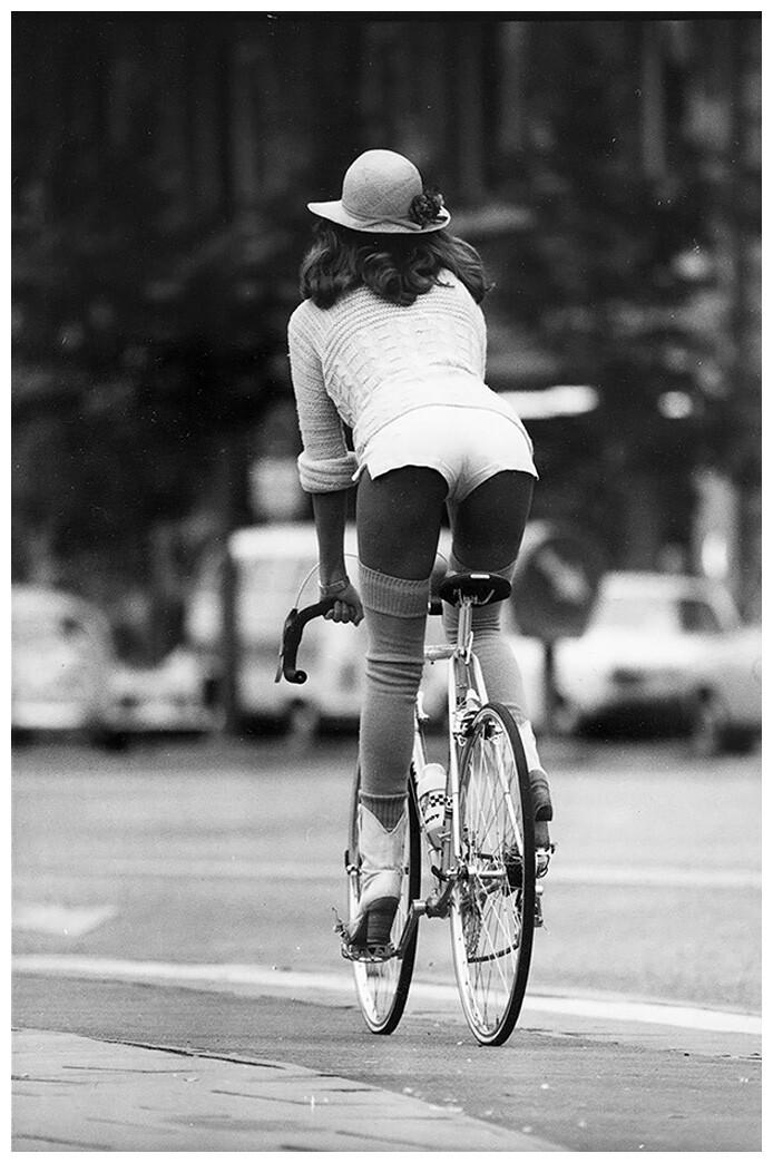 Девушка на велосипеде, 1970-е. Фотограф Вернер Бокельберг