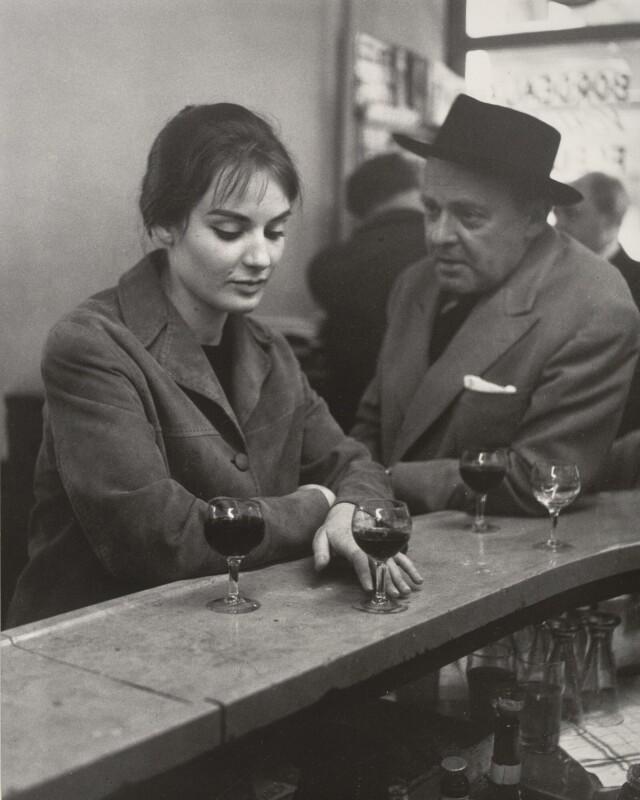 В кафе, Париж, 1958. Фотограф Робер Дуано
