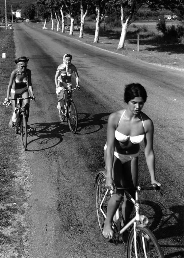 Велосипедистки, Сент-Максим, Франция. Фотограф Робер Дуано