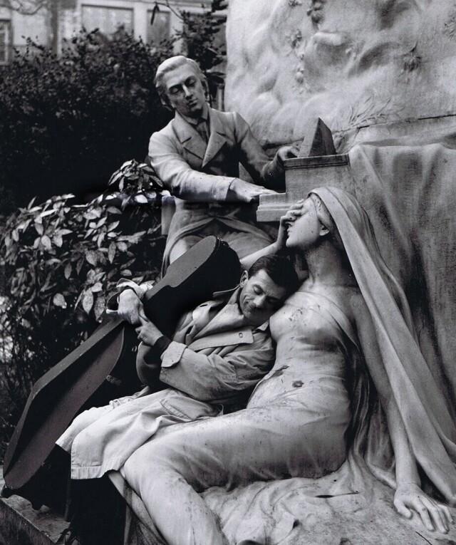 Морис Баке у памятника «Шопен и его муза». Парк Монсо, Париж, Франция, 1950. Фотограф Робер Дуано