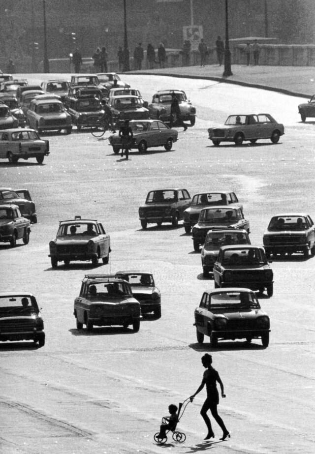 Площадь Согласия, Париж, 1969. Фотограф Робер Дуано