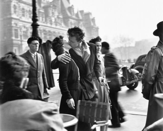 «Поцелуй у здания муниципалитета». Париж, 1950. Фотограф Робер Дуано