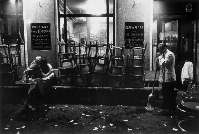 Cafe de Flore, Париж, 1958. Фотограф Робер Дуано
