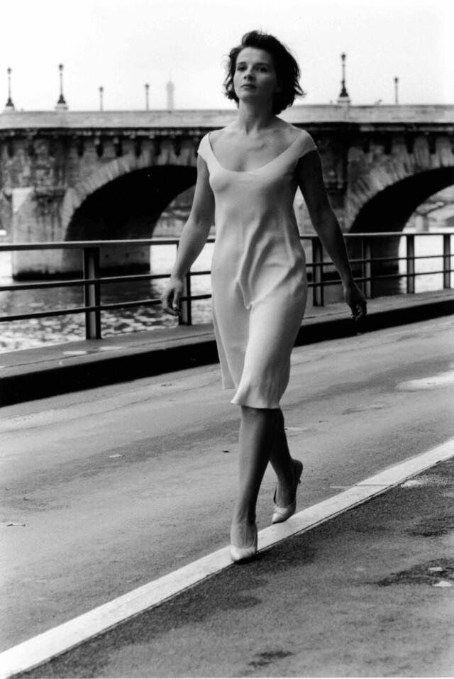 Жюльет Бинош на мосту Пон-Нёф в Париже. Фотограф Робер Дуано