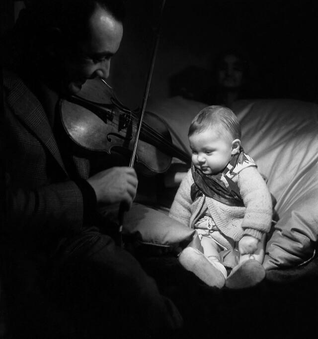 Джанго Рейнхардт играет на скрипке своему сыну, 1945. Фотограф Эмиль Сэвитри