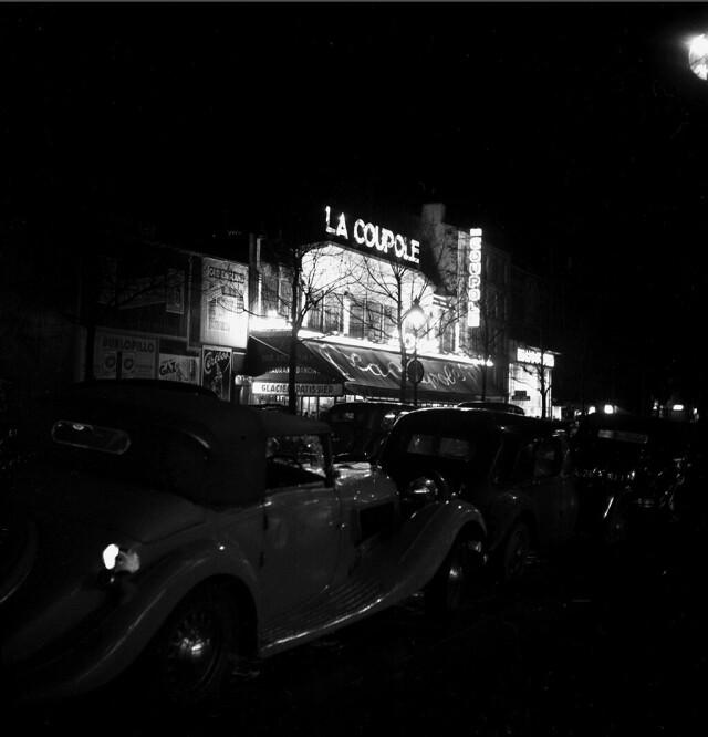 Ресторан La Coupole ночью. Фотограф Эмиль Савитри