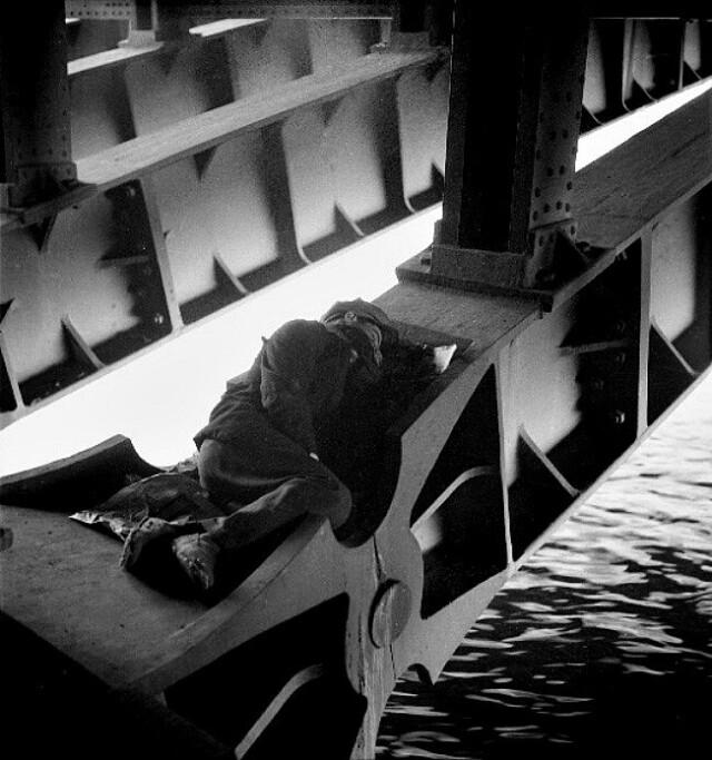 Спящий под мостом в Париже. Фотограф Эмиль Савитри