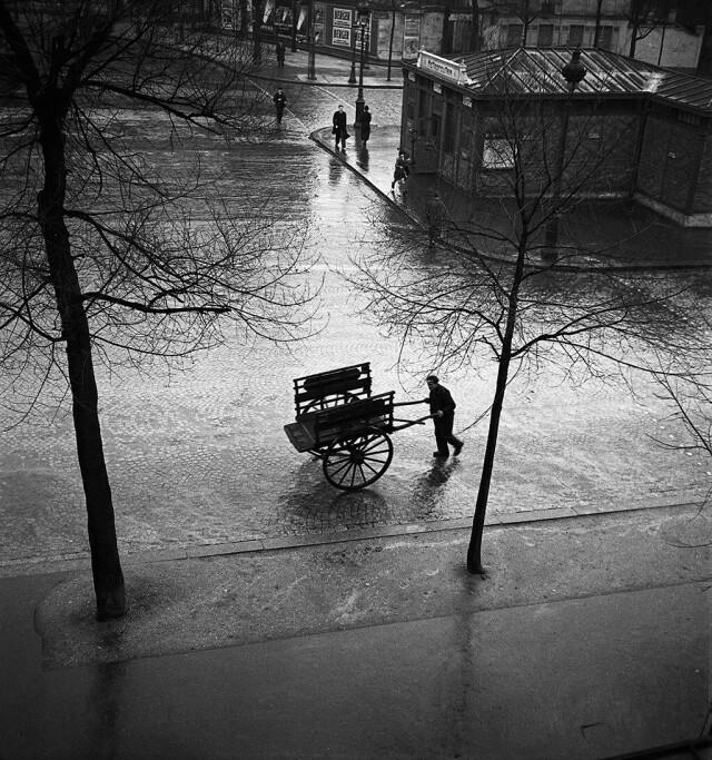 Торговец углем со своей тележкой на улице Сен-Жак, Париж, 1940-е. Фотограф Эмиль Савитри