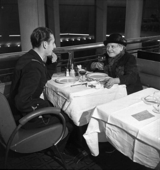 Художница Мария Васильева с сыном в ресторане. Монпарнас, Париж, 1930-1940. Фотограф Эмиль Савитри